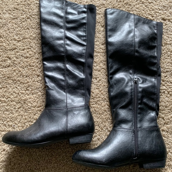Women's boots, like new. Size 7 but 7.5 can wear